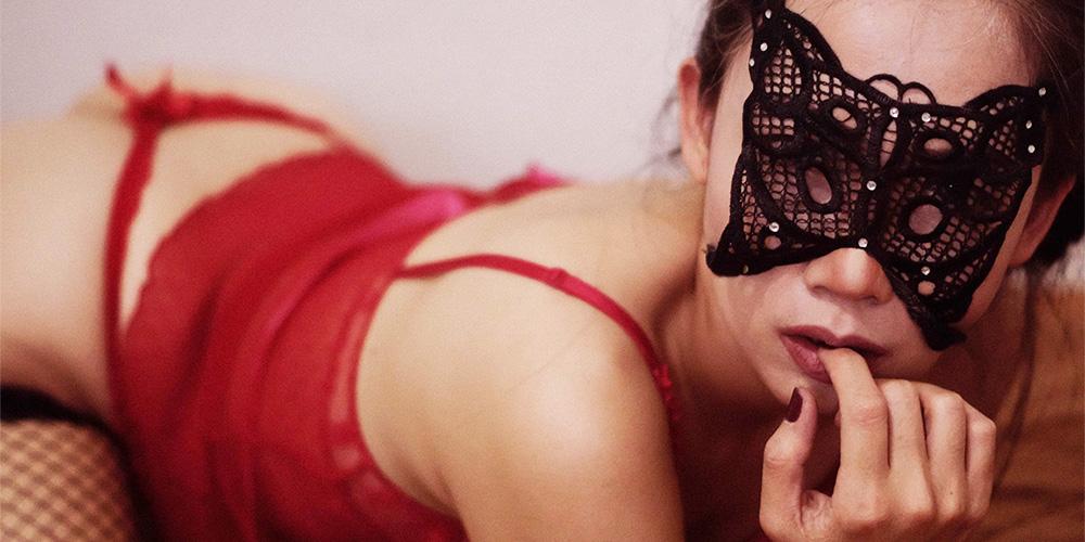 蝶のマスクをした女性