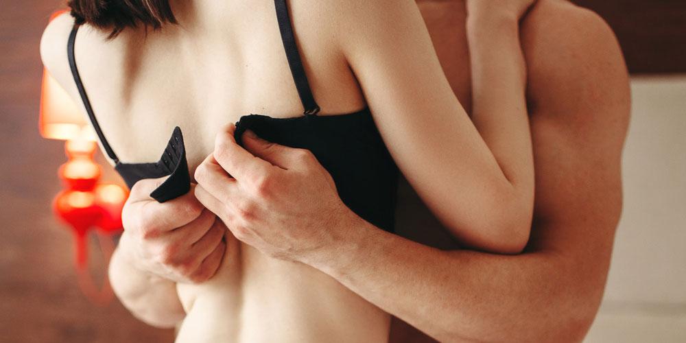 女性の下着を取ろうとする男性