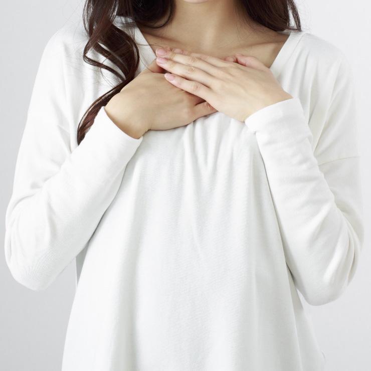 安心する女性の胸元