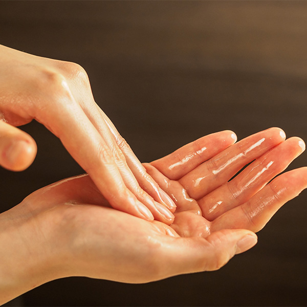 ローションを塗る女性の手