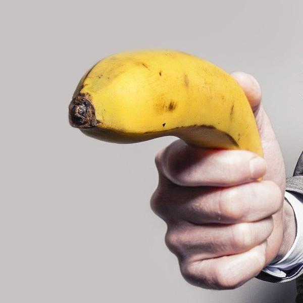 突きつけられるバナナ