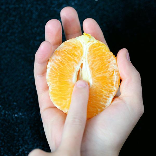 オレンジを触る手元の画像